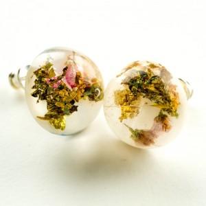 Kolczyki srebrne wkrętki z złotem prawdziwymi kwiatami.