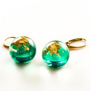 Kolczyki zielone z płatkami złota.