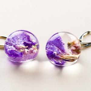 Biżuterię z charakterem z fioletowymi kwiatami.