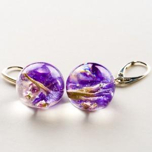 Biżuterię z charakterem z fioletowymi kwiatami.1