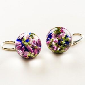 Kolczyki granatowe z kwiatami wrzosu.
