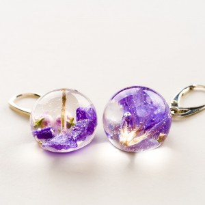 Kolczyki fioletowe z prawdziwym kwiatkiem ręcznie robione z żywicy 2