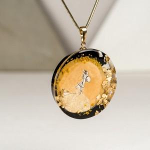 Złoty naszyjnik artystyczny ręcznie robiony.