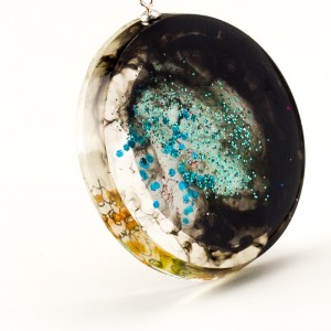 """Naszyjnik artystyczny """"oliwkowa sukienka"""" ręcznie malowana biżuteria artystyczna 2"""