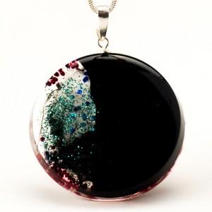 Naszyjnik artystyczny z czerwonymi koralikami i niebieskim brokatem 2