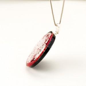 Naszyjnik artystyczny z czerwonymi koralikami