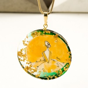 Naszyjnik z zieloną zawieszką na złotym łańcuszku 1