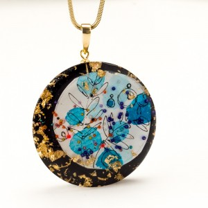 Niebieski naszyjnik artystyczny ręcznie malowany na pozłacanym łańcuszku z płatkami złota 6