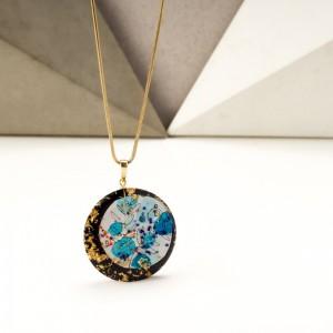 Niebieski naszyjnik artystyczny ręcznie malowany na pozłacanym łańcuszku z płatkami złota 1