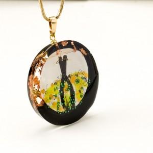 Naszyjnik zielony do czarnej eleganckiej sukienki ręcznie malowany na złotym łańcuszku