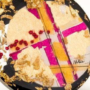 Biżuteria artystyczna z motywem złotej grafiki.