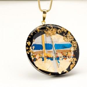 Biżuteria artystyczna w złotej oprawie.