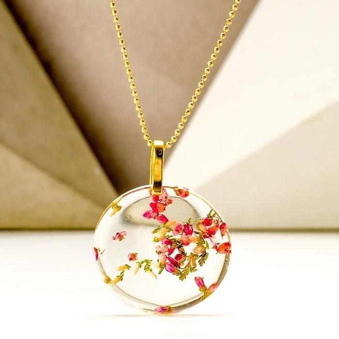 Naszyjnik damski pozłacany z prawdziwymi różowymi kwiatami wrzosu zatopionymi w żywicy – biżuteria dla przyjaciółek