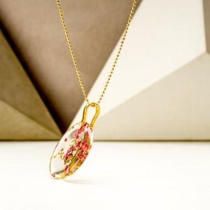 Naszyjnik damski pozłacany z prawdziwymi różowymi kwiatami wrzosu zatopionymi w żywicy – biżuteria dla przyjaciółek 2
