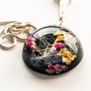 Biżuteria artystyczna z dmuchawcami i kwiatami.1