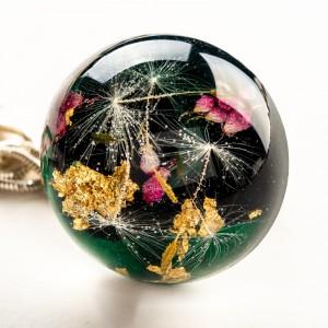 Biżuteria artystyczna z dmuchawcami i kwiatami.