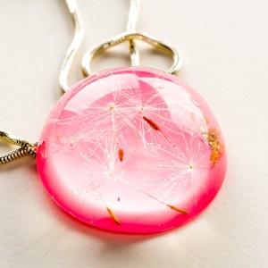 Różowy naszyjnik z dmuchawcem.1