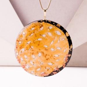 Złoty naszyjnik artystyczny ręcznie malowany ze złotymi listkami.