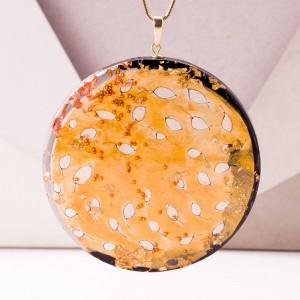 Artystyczny ręcznie malowany naszyjnik ze złotymi listkami.