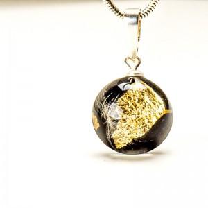 Naszyjnik żywica z płatkami złota.