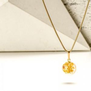 Biżuteria z żywicy- naszyjnik z płatkami złota.1
