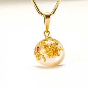 Biżuteria z żywicy- naszyjnik z płatkami złota.