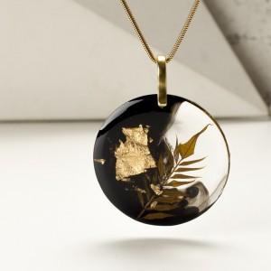 Naszyjnik- klasyka złoto i czerń w biżuterii.