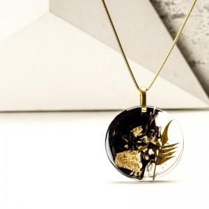 Naszyjnik z paprotką z płatkami złota.1