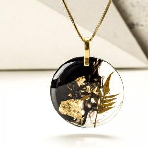 Naszyjnik z paprotką z płatkami złota.