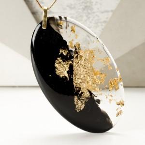 Modny złoty naszyjnik.