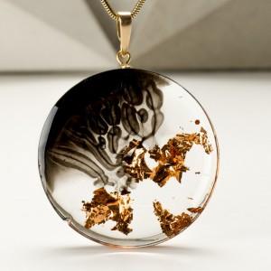 Miedziana biżuteria na złoconym łańcuszku.1