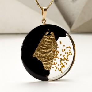 Naszyjnik kobiecy z płatkami złota.