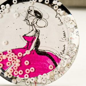 Grafika malowana tuszem w srebrze.