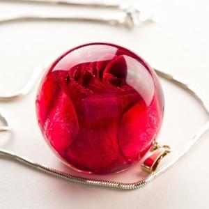 Naszyjnik z żywicy na walentynki z różą