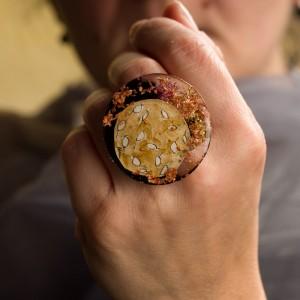 """Pierścionek artystyczny ręcznie malowany """"Wspomnienie"""" z dużym oczkiem to złota biżuteria artystyczna 1"""