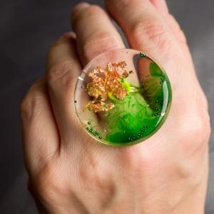 """Pierścionek artystyczny z dużym zielono złotym oczkiem """"zielone wspomnienia"""" to biżuteria artystyczna ręcznie robiona 1"""