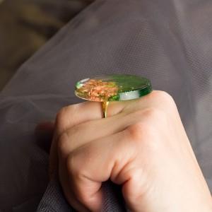 """Pierścionek artystyczny z dużym zielono złotym oczkiem """"zielone wspomnienia"""" to biżuteria artystyczna ręcznie robiona 2"""
