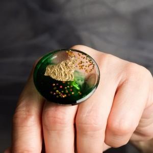 Pierścionek artystyczny z elegancką zielenią i złotem to biżuteria artystyczna ręcznie robiona 1