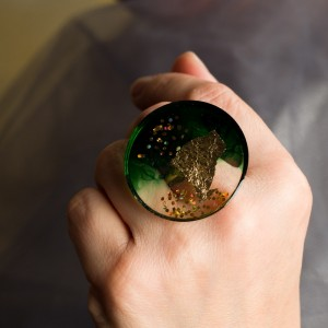 Pierścionek artystyczny z elegancką zielenią i złotem to biżuteria artystyczna ręcznie robiona 2