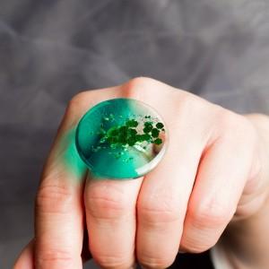 Pierścionek z dużym zielonym oczkiem 1