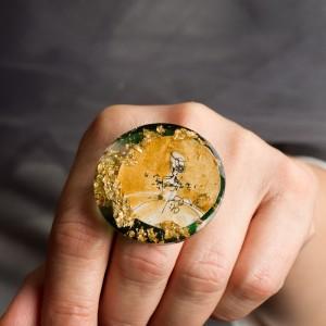 Pierścionek artystyczny Kobieta w złotej sukni to unikalna ręcznie malowana biżuteria artystyczna 1