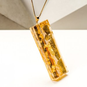 Biżuteria artystyczna ręcznie malowana - naszyjnik z dużą złotą zawieszką na pozłacanym łańcuszku