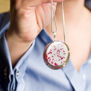 Naszyjnik i grafika w biżuterii.