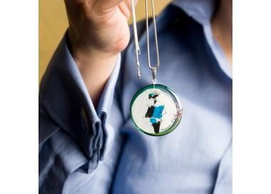 Srebrny naszyjnik do niebieskiej koszuli lub niebieskiej sukienki profesjonalne stylizacje do pracy1