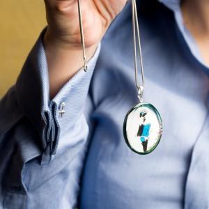 Srebrny naszyjnik do niebieskiej koszuli