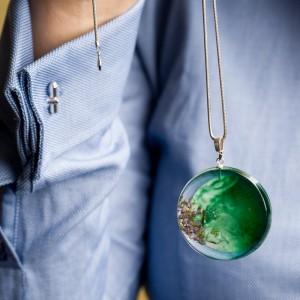 Zielony naszyjnik do niebieskiej koszuli