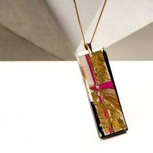 Biżuteria artystyczna - naszyjnik damski z dużą złoto-różowo-czarną zawieszką na złotym łańcuszku