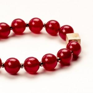 Bransoletka czerwona z kamieniami naturalnymi.