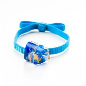 Niebieska bransoletka na gumce z serduszkiem.