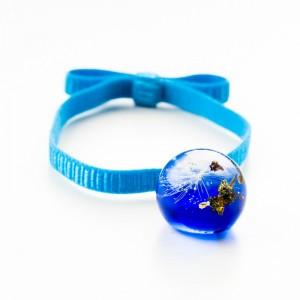 Niebieska bransoletka na gumce z kokardą.